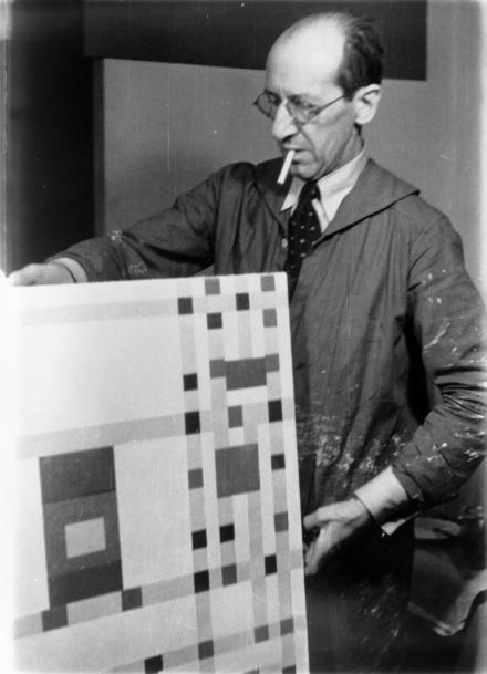 13, Mondriaan in zijn atelier in New York (1943) Foto Fritz Glarner. Collectie RKD DH